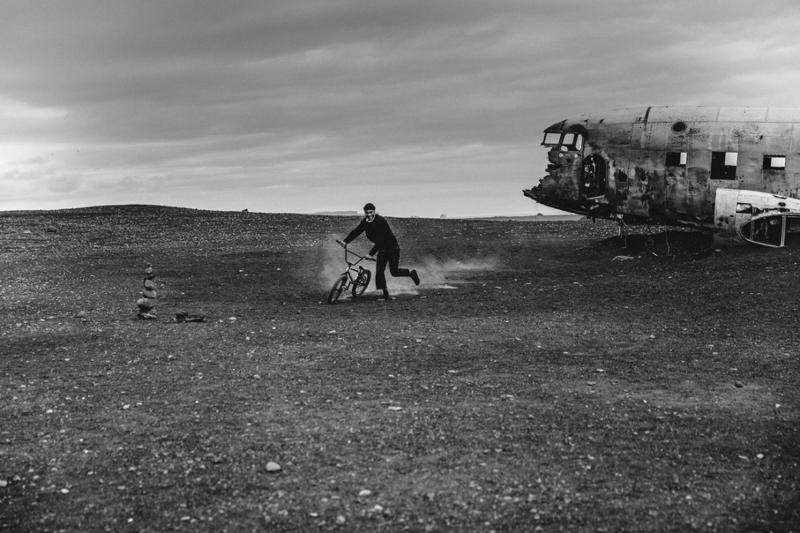 """Je suis parti en Islande avec la Team Vans pour le documentaire """"The Palmistry Guide"""". Sur la photo, Alexandre Valentino qui est pro rider et team manager, un de mes rider préféré, à côté d'une carcasse d'un avion de l'US Navy. J'aime bien cette photo pour son côté minimaliste."""