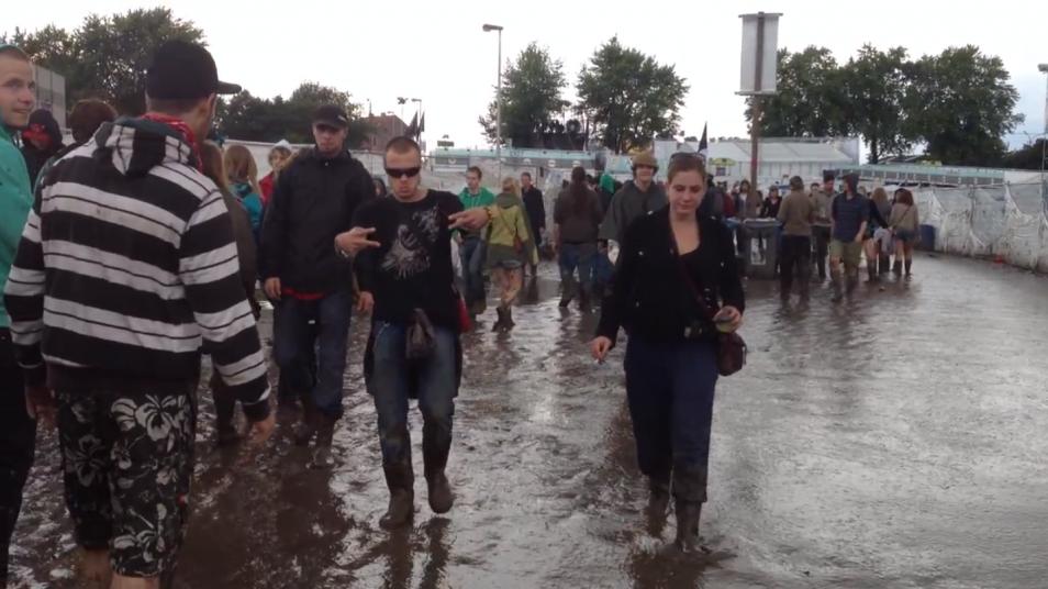 RETARD → Magazine - Marcher dans la boue au festival de Dour